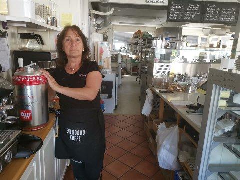 STRØMBRUDD: Gunn Mette Bergersen fortviler over at strømmen gikk hos Bakermesteren i Elverum.