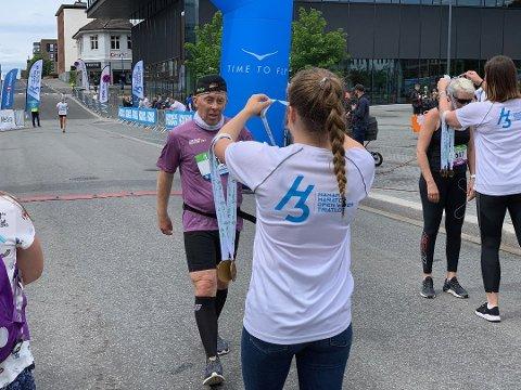 FORNØYD: Harald Borthen Singstad var én av snaut 300 deltakere som løp én av tre distanser under H3 Hoka Hamar Maraton i helgen. Borthen Singstad fullførte den lengste distansen.