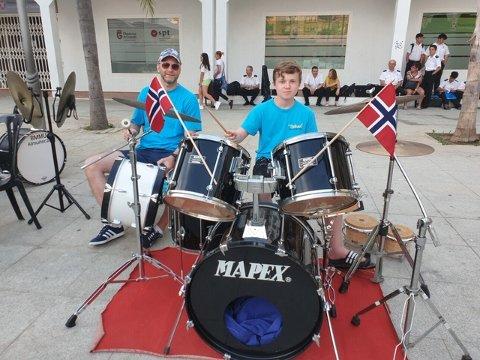 TROMMELOM: Kåre Fossum og Olav Skogli holder stødig takt under konserten i byparken.