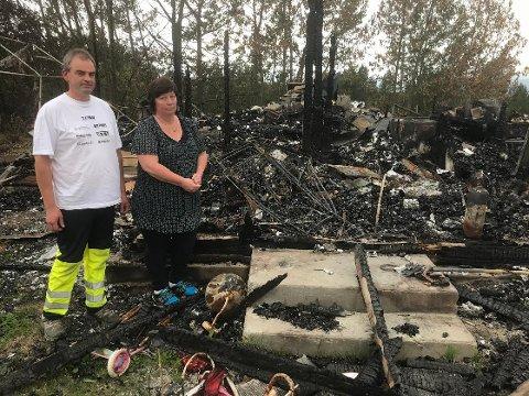 TRIST SYN: - Det gjør fortsatt vondt å gå i branntomten, sier samboerne Barbro Sorkmo og Leif Valdal fra Elgå. Huset deres brant til grunnen for vel to uker siden. Hunden og katta forsvant i røyken og flammene.
