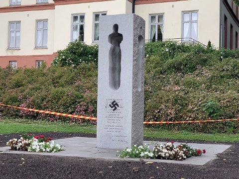 Natt til mandag sprayet noen et hakekors på 22. juli-minnesmerket ved Hotel Klubben i Tønsberg.