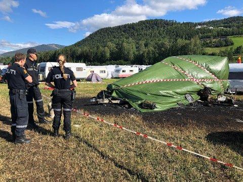 VINSTRA: En person omkom etter at campingvognen begynte å brenne. Foto: Kristin Veskje