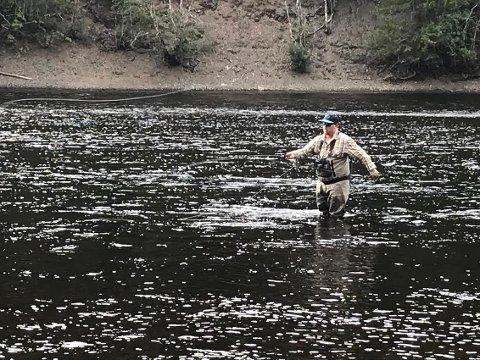 DRØMMEELV: Martin Mikkelsen fra Rena elsker å fiske i Renaelva.