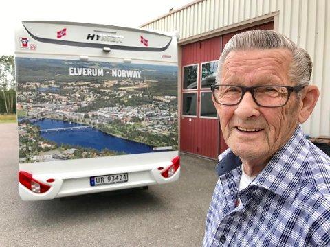 FORNØYD: Rolf Næsbak med bobilen og elverumsreklamen på hele bakenden.