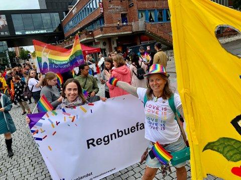 GLEDE: Sigrun Sophia Svendsen (venstre) sammen med Anne Lise Trabandt fra Fri Innlandet fremst i paraden.