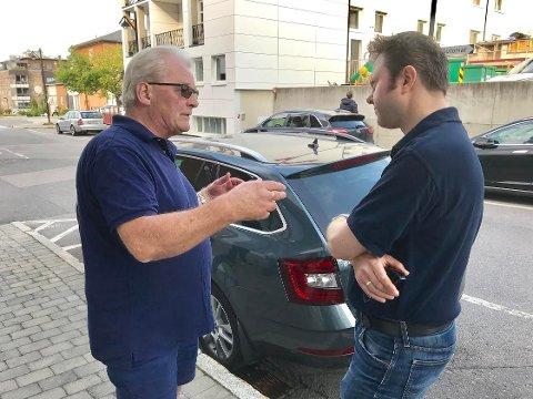 BEDRE SENTRUM: Reidar Næss (tv) fra Elverum vil innføre tre timers gratis parkering i Leiret. - Interessant forslag, sier Høyres ordførerkandidat Yngve Sætre.