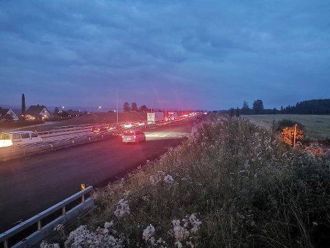 Som følge av den alvorlige ulykken er E6 stengt i begge retninger.