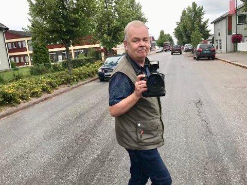 KAFFEGATA: Sverre Viggen fra Østre Krokmoen ved Sønsterud i Åsnes har vært journalist i snart 45 år for Østlendingen på Flisa. - Det har vært en drøm å få skrive om vanlige folk, sier 69-åringen.