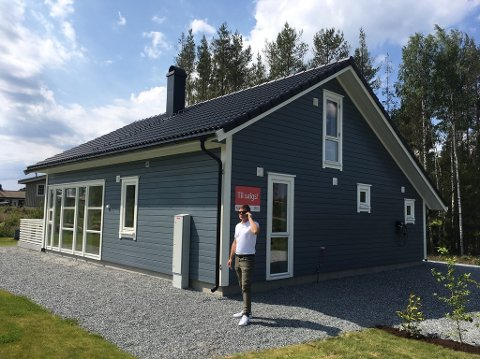SOMMERHYTTA: Her er Lars-Håkon Nohr ved en av hyttene tidligere i år.