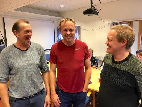 GLADE GUTTER: Høyres Ole Erik Hørstad blir ny ordfører i Åmot. Her sammen med støttespillerne: Jan Bjørnar Rødsdalen, SV (tv) og Espen Andre Kristiansen, Ap. Kristiansen blir varaordfører.