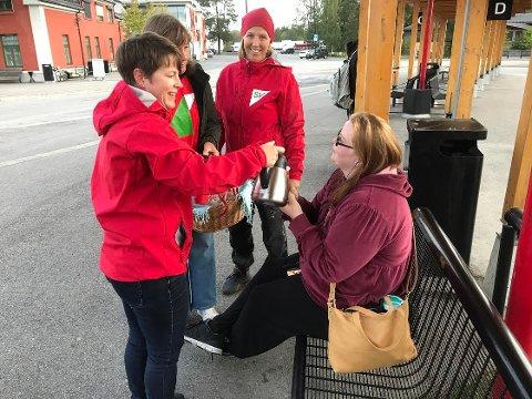 MORGENKAFFE: Ann Kristin Nyeggen fra Elverum var en av mange som fikk servert kaffe og boller av Elverum SV mandag morgen. I bakgrunnen: SVs førstekandidat Eldri Svisdal sammen med Ingrid Gabrielsen (tv) og Marianne Gromstad.