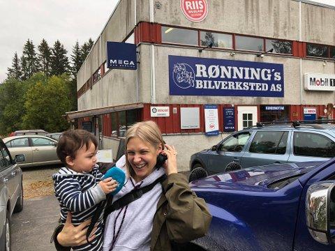 STUNTREPORTER: Nitimen-reporter Ingrid Simensen intervjuet Marcello Rønning Alshoofi på kav rendalsdialekt mens hun besøkte Rønnings bilverksted på Otnes tidligere denne uka.