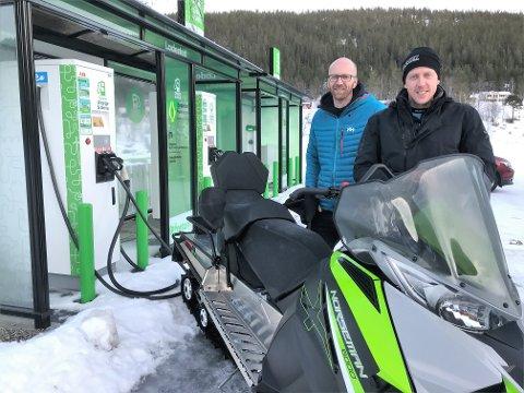 STORE MULIGHETER: - Framtiden ligger i elektriske snøscootere som verken bråker eller forurenser, sier brødrene Gunnar Birkenfeldt (tv) og Ståle Sømåen fra Drevsjø.