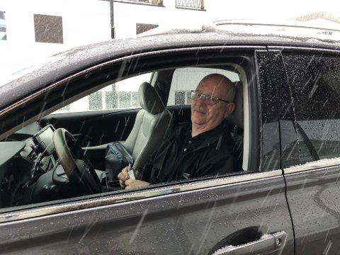 GODT HUMØR: Taxisjåfør Geir Langdalen tar en liten pust i bakken før neste tur i Elverum.