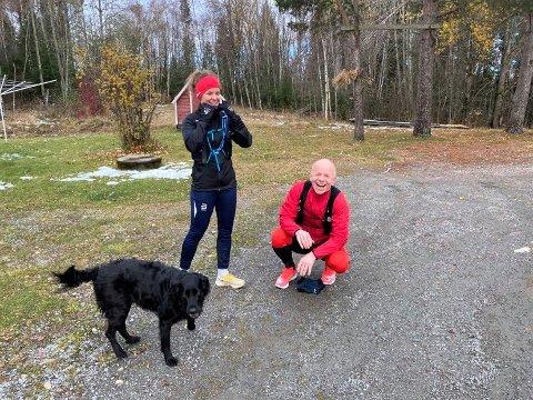 MISFORNØYD FAMILIEMEDLEM: Mens Nora og Thorbjørn Netteland var i perlehumør før starten på sitt eget lokale Løten Maraton, var hunden Molly (7) alt annet enn imponert over å måtte bli igjen hjemme. Men 42 kilometer er langt både for føtter og poter, og dermed måtte hun pent finne seg i å bli hjemme mens de tobeinte la ut på langtur.