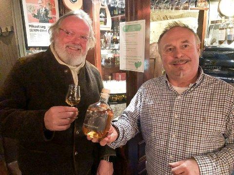 EGEN OPPSKRIFT: Odd Arne Ørbakk (til høyre) har utviklet Elverumsakevitten sammen med øl- og akevittkjenner Espen Smith.
