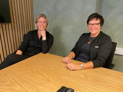 GODT ARBEIDSMILJØ: Maren Persson (39) og Laila A. Strætkvern (57) bemanner det nye kontoret til Grue Sparebank i Elverum. Begge er nyansatte i banken og har på kort tid rukket å finne kjemien sammen på arbeidsplassen. – Et godt arbeidsmiljø er viktig. Der har banken gjort en god jobb, sier de to fornøyd.