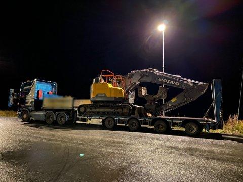 OVERLAST: Denne tungtransporten med spesialtransport fikk en bot på nesten 40.000 kroner for overlast, søndag kveld.