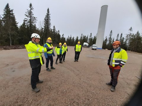ORIENTERTE: Daglig leder i Austri Kjølberget, Magnus Axelsson, orienterer Gunn Marit Lindmoen, Maj-Liss æterdalen og Pia Lund fra Våler om utbyggingen.