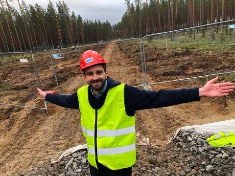 EVENTYR: - Her kommer verdens mest miljøvennlige møbelfabrikk, sier Jan Christian Vestre. Etter lang tids planlegging  er grunnarbeidet nå i gang. FOTO: SIGMUND FOSSEN