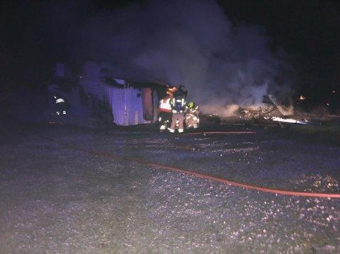 BRANN: Brannvesenet jobbet fredag kveld med slukkingen.