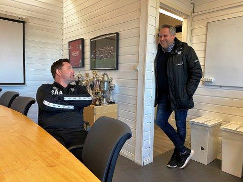 GOD TONE: Elverum Fotballs hovedtrener, Stian Aasen (t.v.) og nye daglige leder Ole Anders Arntsen (t.h.) har funnet tonen. Nå skal de jobbe tett sammen om å komponere en slagferdig stall som er kapabel til å rykke opp allerede i 2021.