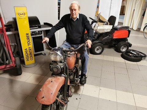 POPULÆR: Olav Moe kan konstatere at denne 1934-modellen av en Harley Davidson er veldig populær. Nå er det budrunde på motorsykkelen.