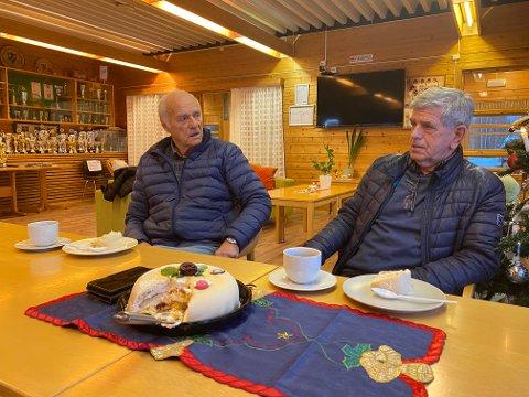 Svein Solbakken (t.v) og Arne Bergersen (t.h) feiret med kaffe og kake da nyheten om at Arnes sønn Kent skal inn i Ståle Solbakkens trenerteam for det norske herrelandslaget i fotball.
