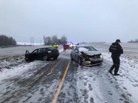 KOLLISJON: Det skal ha vært tre biler involvert i ulykken, der det er en del materielle skader.