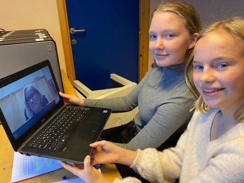 DEBUTANTER: 14-åringene Emilie Nygård Brenden og Hedda Marie Andersen fra Rena er storfornøyde etter å ha gjort sitt første intervju med forslagsstiller, Sp-politiker Marit Arnestad før fredsprisutdelingen torsdag.