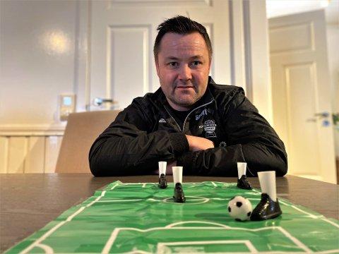 PLANEN KLAR: Stian Aasen legger ned et voldsomt timeantall for å få Elverum Fotballs A-lag klart til sesongstart i 3. divisjon. For der har han ingen ambisjoner om å bli værende.