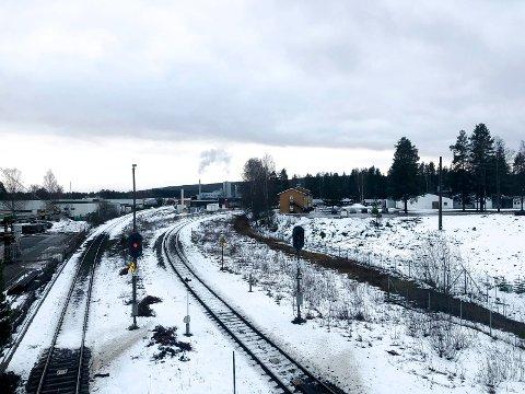 TILSVING: En tilsving skal lage en forbindelse mellom Solørbanen (til venstre) og Rørosbanen, som kommer parallelt inn til Elverum stasjon.
