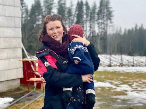 UAKTUELT: Ida Øvre Andersen bor med familien sin i Sørskogbygda. For henne er det helt uaktuelt dersom barneskolen i Sørskogbygda blir nedlagt, og hennes barn i verste fall blir splittet til to forskjellige barneskoler.