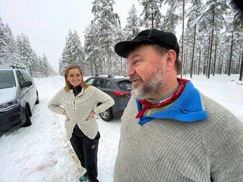 HJERTELIG MØTE: Reality-vinnerne Halvor Sveen og Emilie Enger Mehl hadde mye å snakke om da de møttes for første gang på grensa mellom Åmot og Rendalen. Tema: Elgå-ulven, Desjø-tispa og distriktspolitikk.