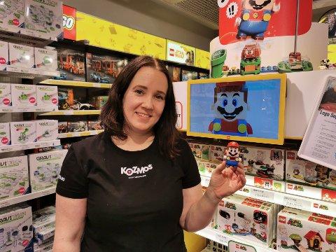 LEGO: Camilla Krogsæter på Kozmos på Kremmertorget sier at salget av Lego Super Mario har tatt av etter at det ble lansert i høst.