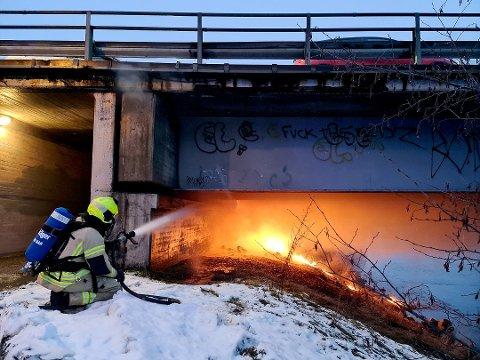 ETTERLYSER TO PERSONER: Politiet etterlyser to personer som befant seg i nærheten av der brannen startet.