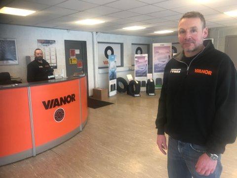 JOBBSKIFTE:  Per Morten Aasegård hadde sin første arbeidsdag som  daglig leder ved Vianor Tynset mandag . Bak skranken står salgsleder Jonny Pedersen.