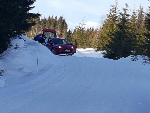 KJØRTE SEG FAST: En ungarsk turist på veg til Budor kjørte seg fast i skiløypa ved Bårdsetra i Løten tirsdag. Han måtte til slutt dras ut med en ATV.