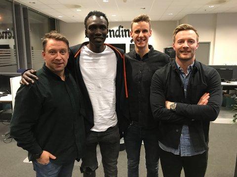 HODESTERK: Mame Niang rager over de fleste. I år skal han trene Kjellmyra. Her med Jan Morten Frengstad, Magnus Torp Antonsen og Ulrik Balstad etter å ha gjestet FotballHedmark-podkasten.