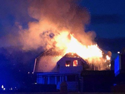 TOTALSKADET: Et bolighus i Ajerhagan på Hamar ble totalskadet i brann onsdag kveld.