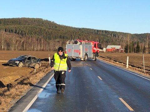 PÅ TAKET: Svært glatte forhold førte til utforkjøringen og at bilen havnet på taket på fv. 210. (Foto: Kari Gjerstadberget)