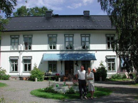 SELGER: Selgerne Terje og Turid Svanes  fra den gang de drev gjestegård på Vesterhaug.