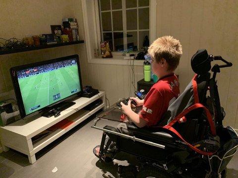 FAVORITTPLASSEN: Petter kan lett bruke tre timer foran skjermen og spille FIFA. Såpass må det nesten være hvis man skal bli best.
