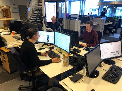 FULL FART: Det er bare nettdesken og papirdesken som er på plass i Østlendingens lokaler nå. Journalistene har hjemmekontor. Ståle Johan Berg, Erik Moe og Magnus Torp Antonsen står på.