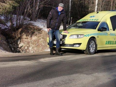VEGUTBEDRINGER: Uka før han ble transportert  i ambulanse  fra Rendalen til Tynset sjukehus i fjor vinter målte Jan Nordengen sju centimeters høydeforskjell fra hjulsporene og opp til vegkanten på fylkesveg 30 gjennom Rendalen.