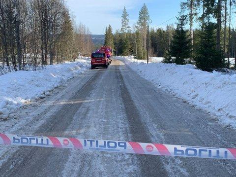 DØDSBRANN: En person er funnet død etter at et hus begynte å brenne i Nordskogbygda i Elverum søndag morgen. (Foto: Randi Undseth)