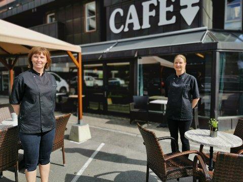 PUSSER OPP: Eierne Marita Renathe Bredalen (t.v) og Nina Frøhaug på Fryd & Gammen pusser opp cafeen.