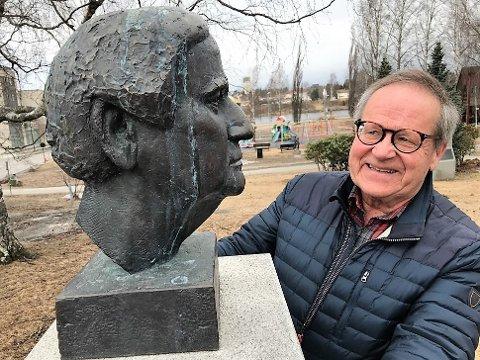 IMPONERT: - Han hadde en helt enestående evne til å komme i kontakt med folk, sier forfatter og journalist Knut Fjeld foran bysten av Dagfinn Grønoset i Elverheimsparken i Elverum. Lørdag ville tryslingen ha fylt 100 år.