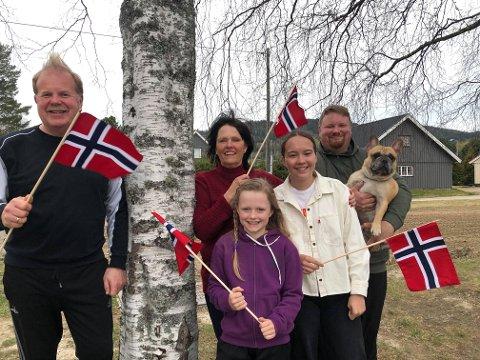 Onkel og tante Erik Rune og Wenche Irene Keiserud, Mari Martinsson, Emma Husebæk, Erik Marius Keiserud og hunden Whiskey.