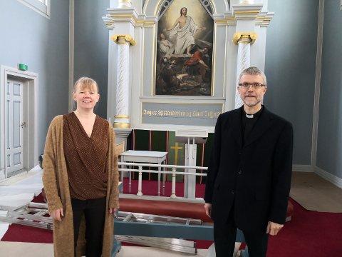 BURSDAG: Fungerende kirkeverge i Stor-Elvdal, Ingrun Jule og sogneprest Jan Olav Veium gleder seg over at Stor-Elvdal kirke endelig skal åpnes igjen - og det på kirkens bursdag.